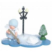 Kuhnert - Schneeflöckchen auf Wolke mit Schneeschippe